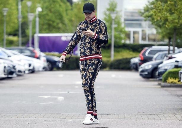 阿森纳输给曼联后,扎卡在媒体上展示时尚运动装扮引嘲讽
