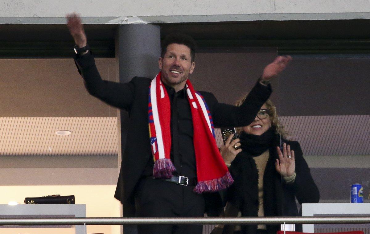 激情教父!西蒙尼在看台与几万马竞球迷一起疯狂庆祝胜利