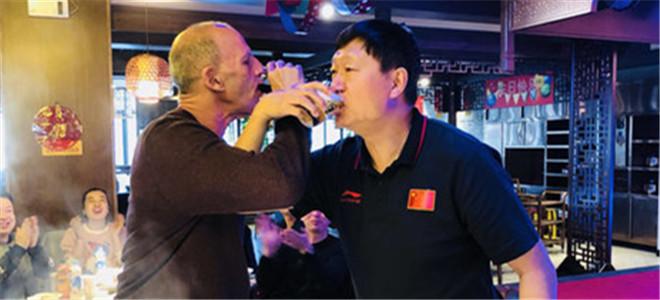 新疆队举办晚宴,新旧两任主帅共饮交杯酒