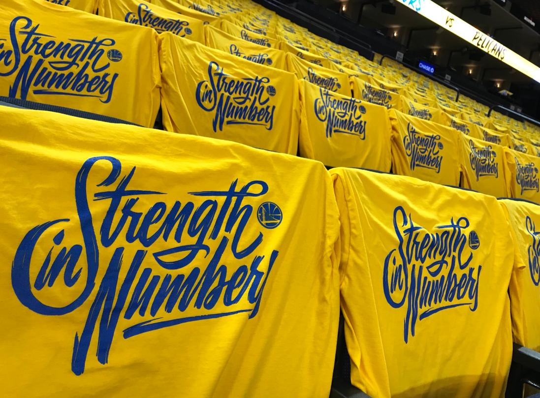 静候第五战!勇士主场已经铺满黄色加油T恤