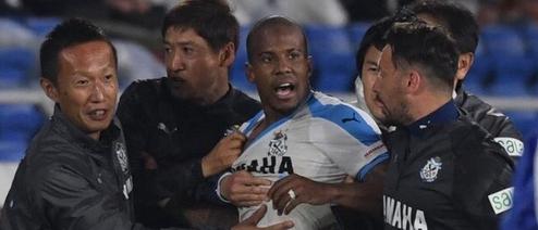 拳打脚踢对手球员与教练,磐田喜悦外援吉列尔梅遭解约