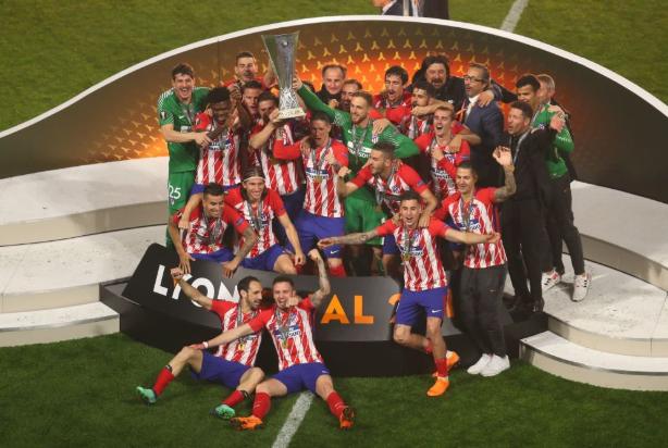 GIF:捧杯时刻!托雷斯加比共同举起欧联杯奖杯