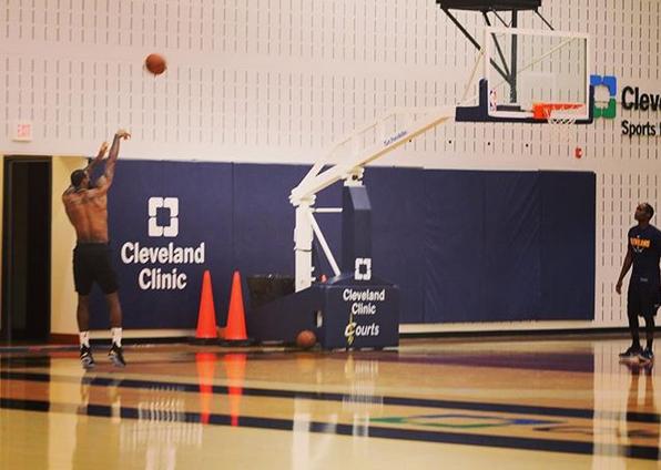 骑士官方发布詹姆斯进行投篮训练的照片:专注