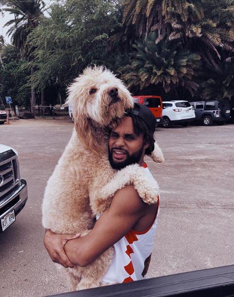 体型巨大!米尔斯抱着爱犬合影
