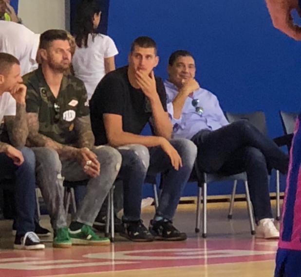 约基奇现身塞尔维亚篮球联赛现场,身材明显变瘦