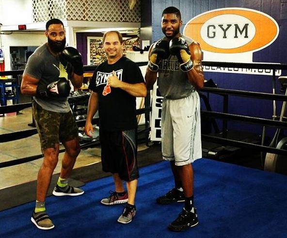 伊托万-摩尔发布自己与好友一起练习拳击的照片
