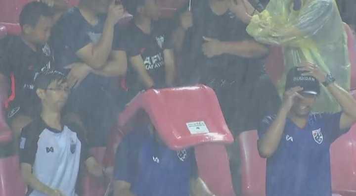 GIF:中泰战下半场大雨导致推迟,泰球迷拆座椅挡雨
