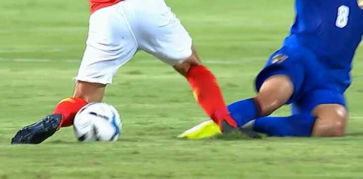 GIF:废人去的?泰国球员对吴曦凶狠犯规被裁判警告