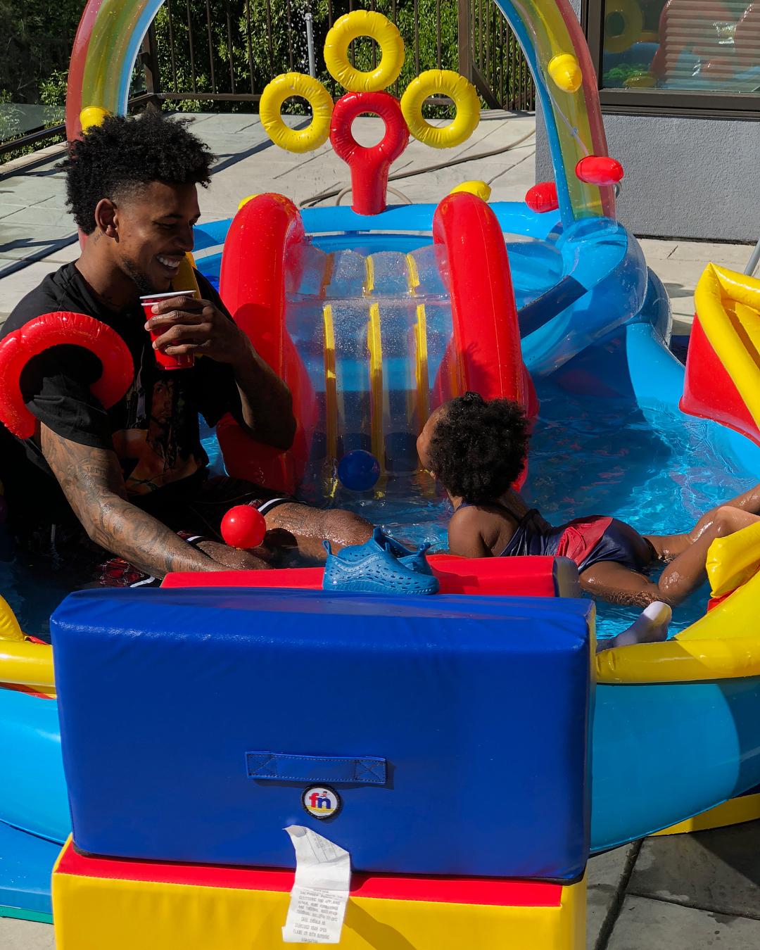 大孩子!尼克-杨发布与女儿在池子中玩耍的照片