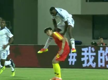 GIF:足球or体操?纳米比亚球员完成标准鞍马动作