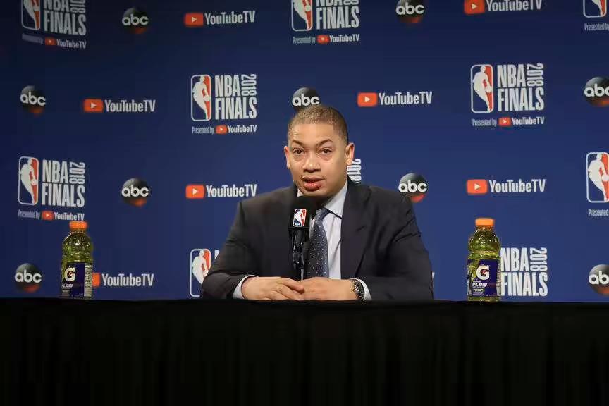 卢:我正在与教练组研究调整方案,科沃尔被对方限制
