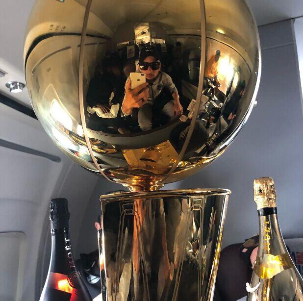 库里对着总冠军奖杯自拍:看啥呢,兄弟