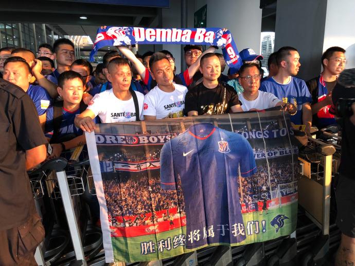 多图流:众多申花球迷抵达机场,准备迎接登巴巴归来