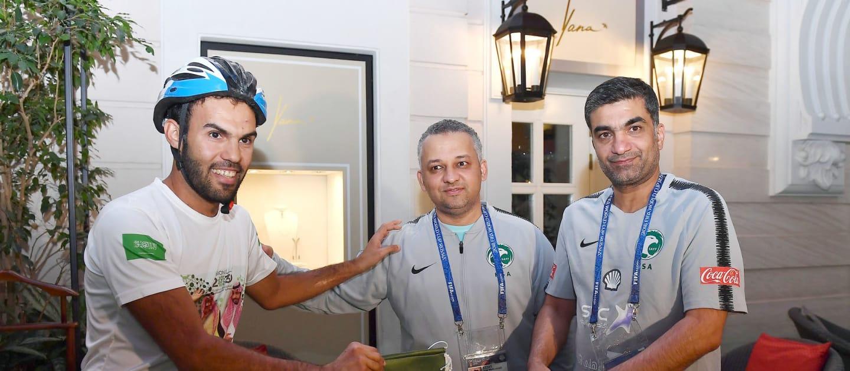 真诚!沙特球迷骑自行车去莫斯科为国家队加油