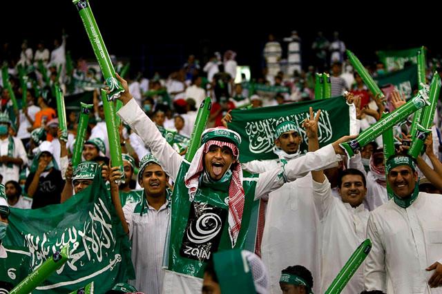 积极备战!沙特球迷场外排练如何庆祝进球