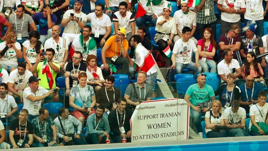伊朗球迷在世界杯上展示女权横幅,抗议不准女性现场看球禁令