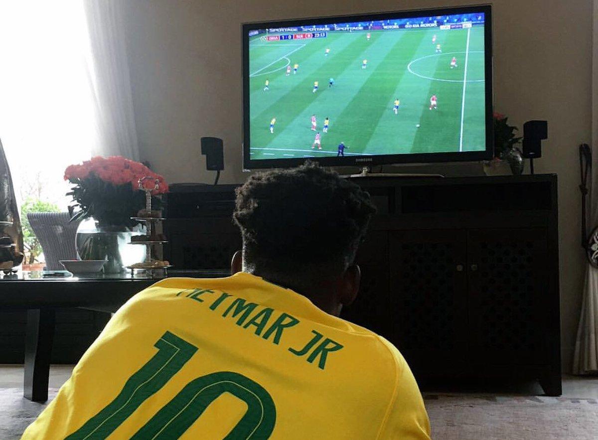 巴西球迷?巴特勒穿内马尔球衣看世界杯
