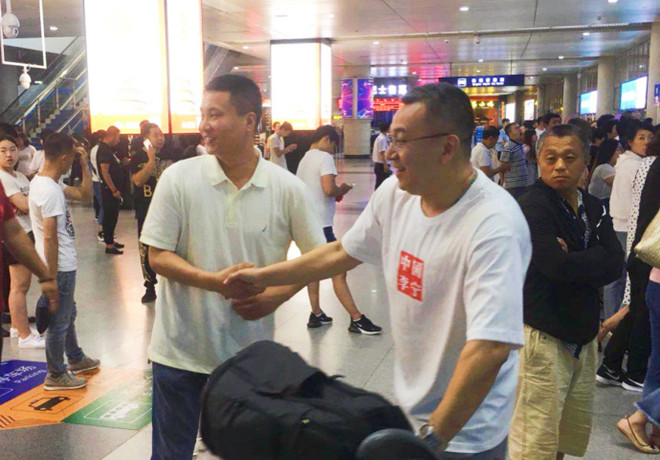 范斌昨夜抵达青岛,球队经理亲临机场迎接