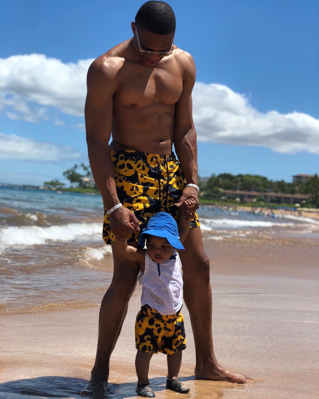 威斯布鲁克晒出自己与儿子的合照:Noah的海滩日