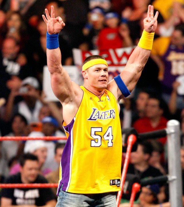 WWE官方晒图:湖人现在离超级球队只差一块拼图了