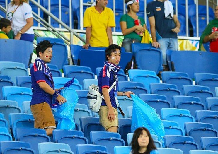 值得尊重!被逆转淘汰后,日本球迷仍不忘清理垃圾