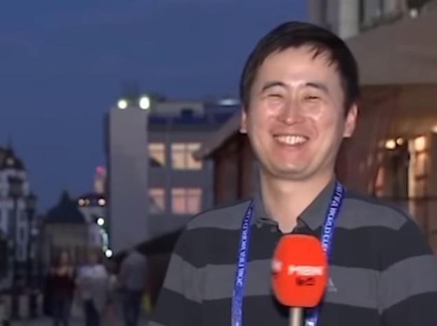 韩国男记者直播时遭女球迷连续亲吻,露出娇羞笑容