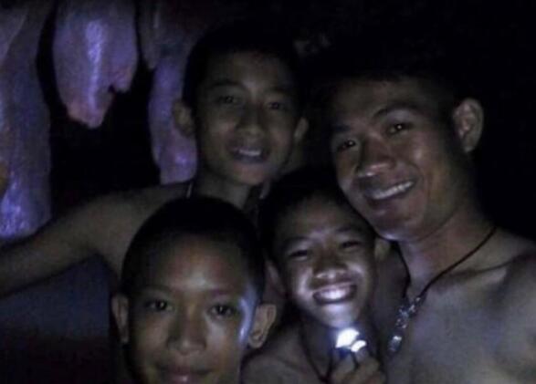 生命的奇迹!泰国失踪小球员已全部获救,正被转移出洞穴