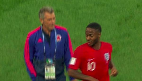 GIF:哥伦比亚教练故意顶撞斯特林