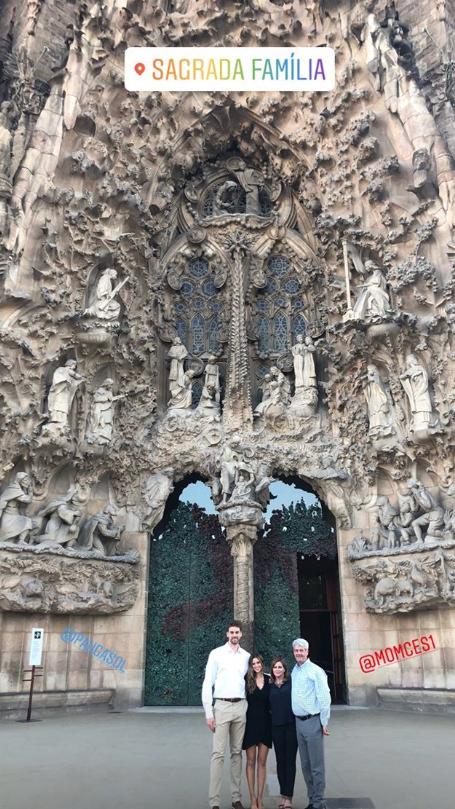 宏伟壮不雅!年夜加索尔与女友在巴塞罗那圣家堂前合照