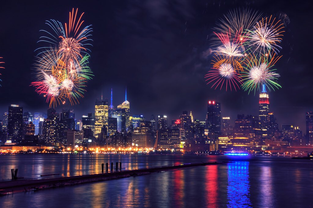 灯火通明!坎特发布纽约夜空烟花绽放的照片