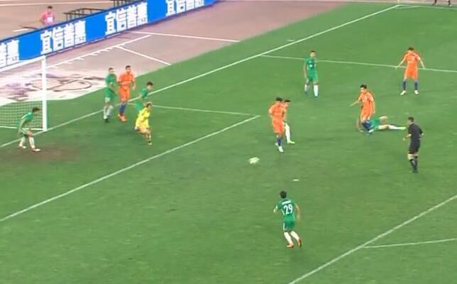 GIF:流年不利,吴兴涵停球出现失误,射门飞向边线