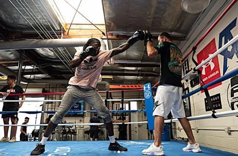 托里恩-普林斯跟随前次中量级拳击冠军希尔登练习拳击