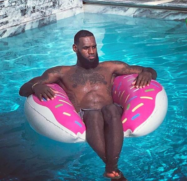 詹姆斯妻子晒詹姆斯泳池照:甜甜圈破坏了我的气氛
