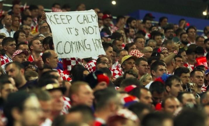 亮了!克罗地亚球迷标语:冷静,足球还没回家