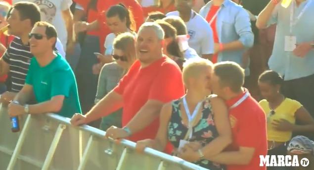 GIF:震撼一幕,无数英格兰球迷将啤酒洒向空中庆祝进球
