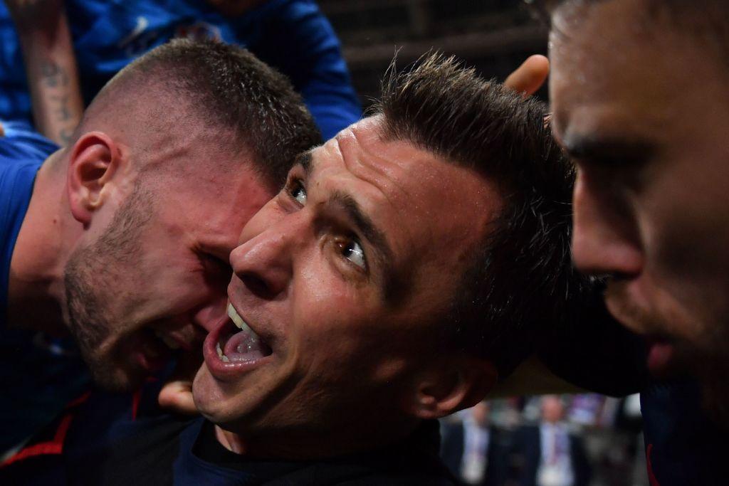 曼朱基奇进球后叠罗汉庆祝,被误压的摄影师拍出绝妙一瞬