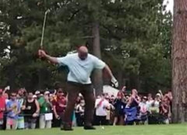 媒体发布巴克利单手挥杆打高尔夫球视频:大胆的策略