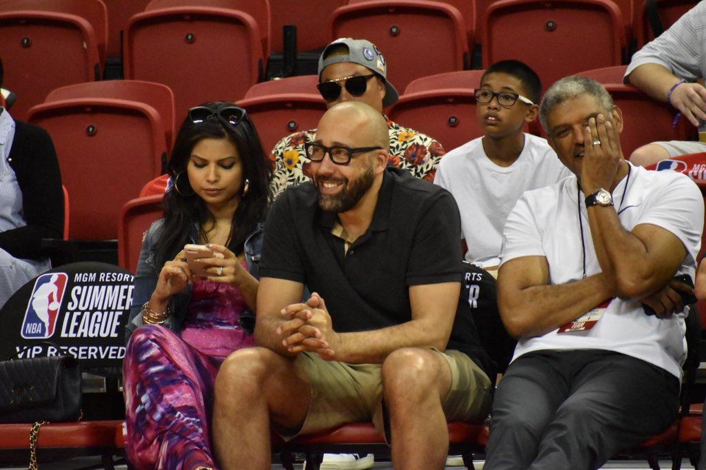 NBA夏联官推展示菲兹戴尔与妻子在场边观看夏联比赛的照片