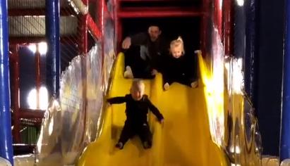 温馨愉悦!英格尔斯与孩子们共玩滑梯