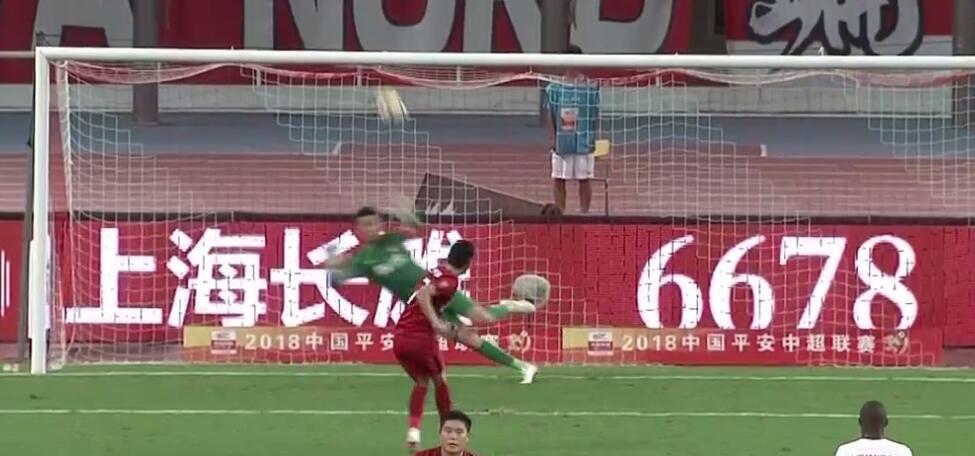 GIF:武磊突破造点,亲自主罚将球打飞