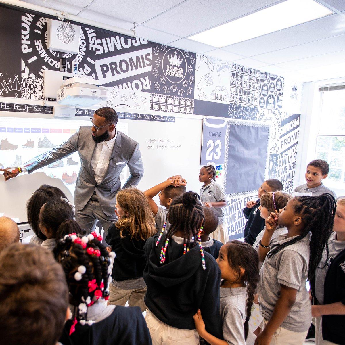 奥巴马夫人称赞詹姆斯捐赠学校的善举,后者回应致谢