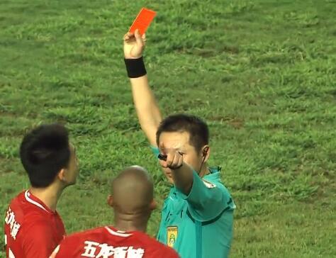 GIF:不满绝平球取消,卡兰加赛后踹李昂被出示红牌