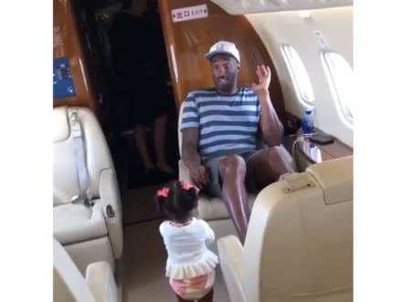 真可爱!科比与小女儿在飞机上一同玩耍