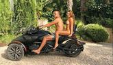 特里和妻子大尺度照片:夫妻两人坐摩托车兜风