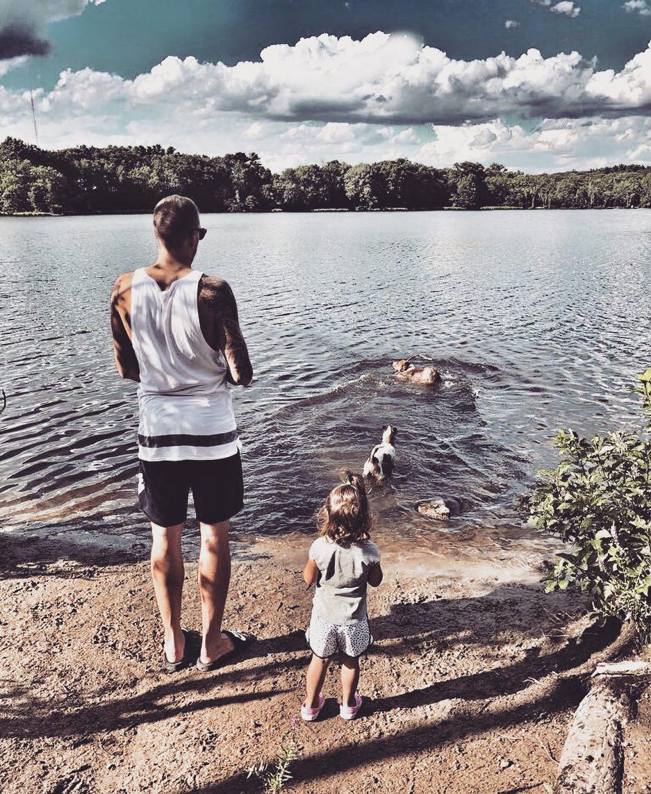 !泰斯与家人一路在湖边玩耍时候家庭