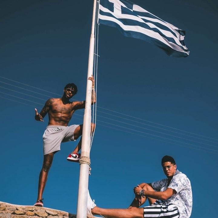 希腊国旗在合影下到此一游!拉塞尔与布克