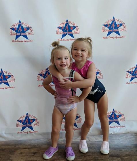 萌!海观看两个女儿练体操