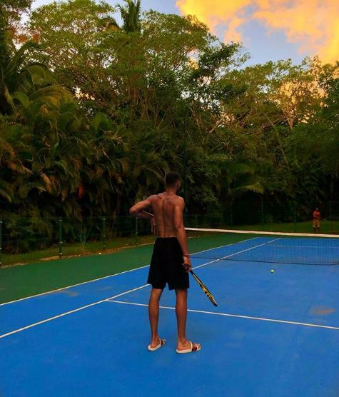 户外穿拖鞋打网球在甚么程度?本-西蒙斯