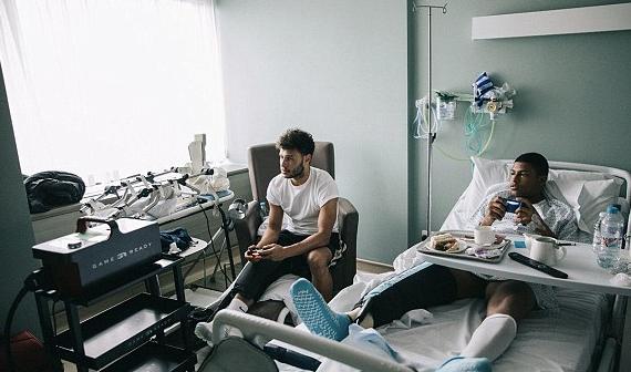 苦中作乐!与布鲁斯特在病床上进行 FIFA游戏