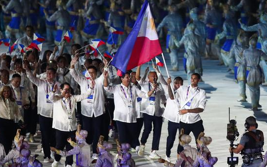 手举国旗!克拉克森作为旗头领衔菲律宾代表团入场